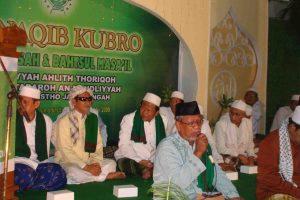 Para ulama Ahlithoriqoh saat mulai acara manaqib kubro